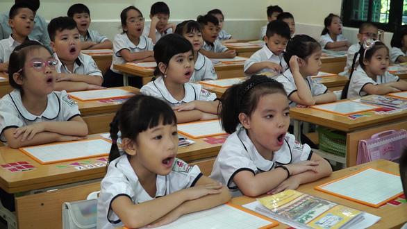Người biên soạn sách giáo khoa phải là người Việt Nam - Ảnh 1.