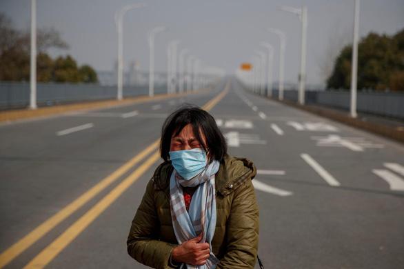 Mẹ nức nở xin qua cầu bị đóng vì virus corona để cứu con ung thư - Ảnh 1.