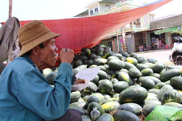 Hàng trăm tấn dưa hấu của nông dân ùn ứ vì dịch corona, thương lái trả giá 1.000 đồng/kg - Ảnh 4.