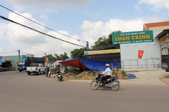 Hàng trăm tấn dưa hấu của nông dân ùn ứ vì dịch corona, thương lái trả giá 1.000 đồng/kg - Ảnh 1.