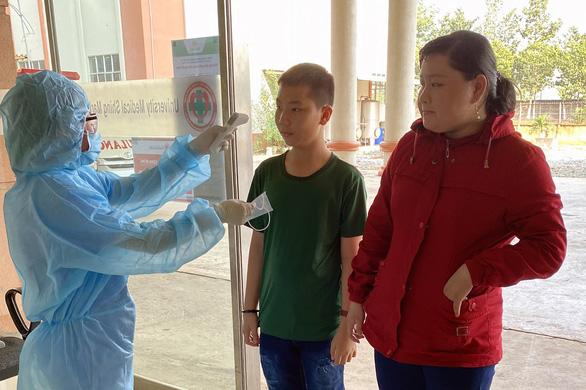 Đồng Nai: Bệnh viện, CSGT phát khẩu trang miễn phí cho người dân - Ảnh 1.