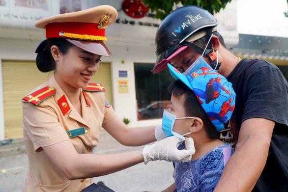 Đồng Nai: Bệnh viện, CSGT phát khẩu trang miễn phí cho người dân - Ảnh 2.