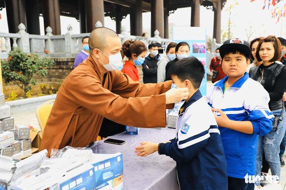Dành sinh nhật đứng phát khẩu trang cho người dân tới chùa Tam Chúc - Ảnh 4.