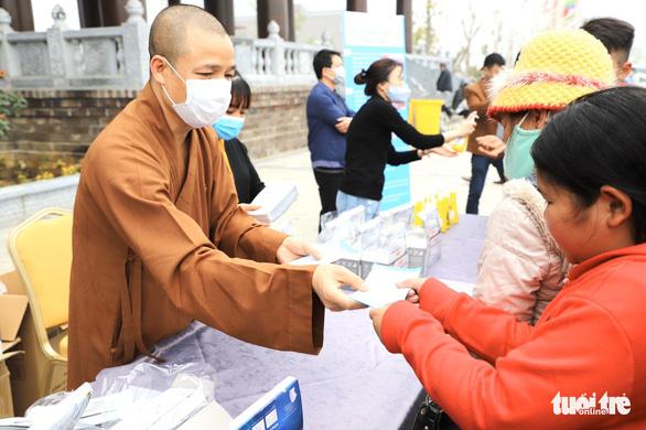 Dành sinh nhật đứng phát khẩu trang cho người dân tới chùa Tam Chúc - Ảnh 5.