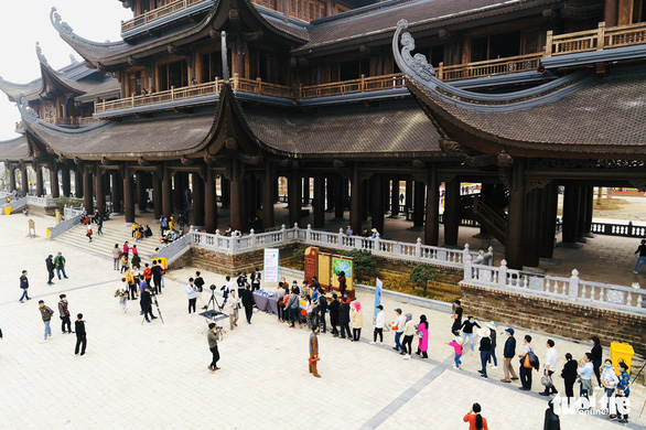 Dành sinh nhật đứng phát khẩu trang cho người dân tới chùa Tam Chúc - Ảnh 7.