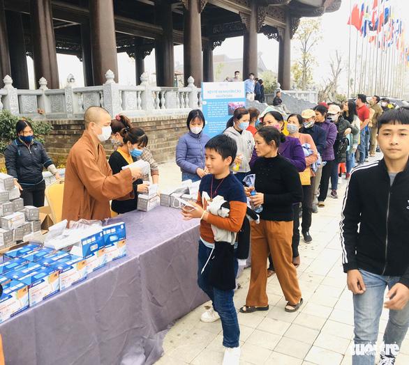 Dành sinh nhật đứng phát khẩu trang cho người dân tới chùa Tam Chúc - Ảnh 8.