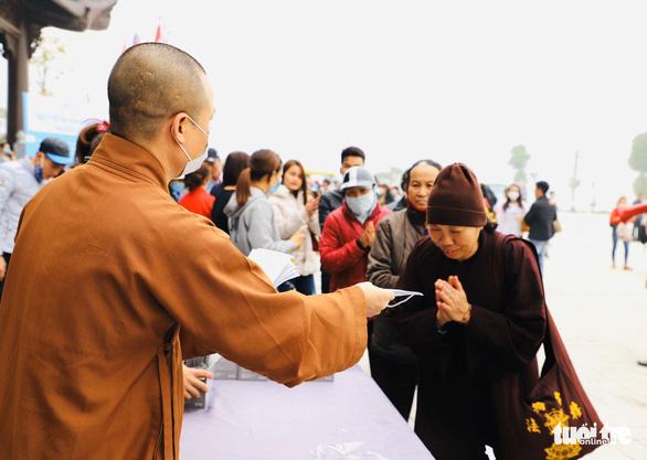 Dành sinh nhật đứng phát khẩu trang cho người dân tới chùa Tam Chúc - Ảnh 3.