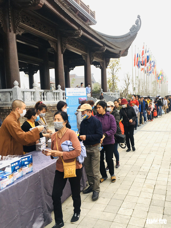 Dành sinh nhật đứng phát khẩu trang cho người dân tới chùa Tam Chúc - Ảnh 9.
