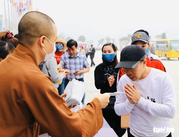 Dành sinh nhật đứng phát khẩu trang cho người dân tới chùa Tam Chúc - Ảnh 10.