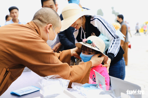 Dành sinh nhật đứng phát khẩu trang cho người dân tới chùa Tam Chúc - Ảnh 11.