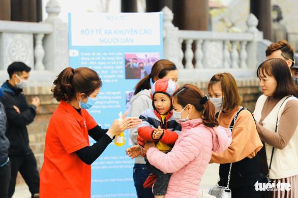 Dành sinh nhật đứng phát khẩu trang cho người dân tới chùa Tam Chúc - Ảnh 12.