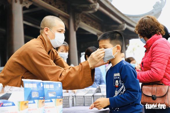 Dành sinh nhật đứng phát khẩu trang cho người dân tới chùa Tam Chúc - Ảnh 13.