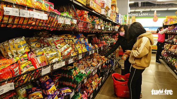 Rau siêu thị cháy hàng', chợ dân sinh ế ẩm - Ảnh 3.