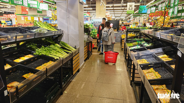 Rau siêu thị cháy hàng', chợ dân sinh ế ẩm - Ảnh 1.