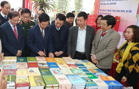 Triển lãm 1 vạn cuốn sách kỷ niệm 90 năm ngày thành lập Đảng - Ảnh 2.