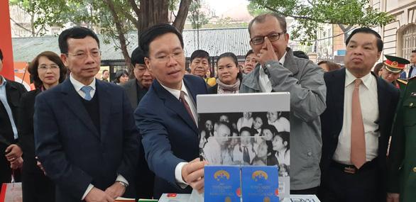 Triển lãm 1 vạn cuốn sách kỷ niệm 90 năm ngày thành lập Đảng - Ảnh 1.