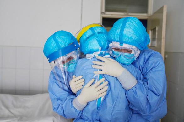 Hàng trăm người được chữa khỏi virus corona, cho xuất viện ở Trung Quốc - Ảnh 1.