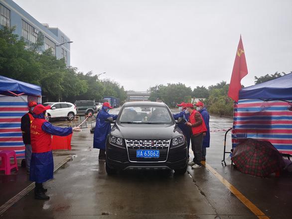 Tiến sĩ Trung Quốc nhiễm COVID-19 bị kỳ thị dù đã xuất viện, cha mẹ vạ lây - Ảnh 1.