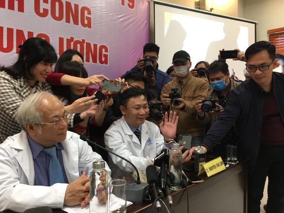 Bệnh nhi 3 tháng tuổi, ca bệnh COVID-19 nhỏ nhất Việt Nam xuất viện - Ảnh 2.