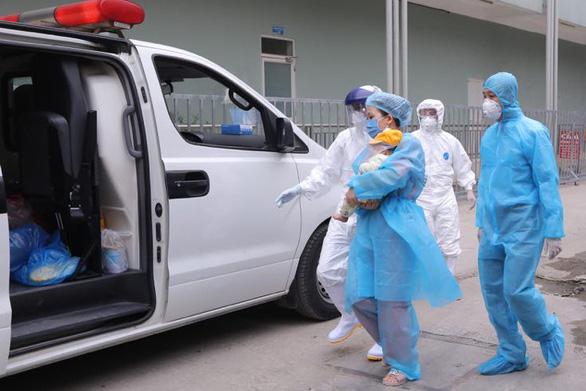 Bệnh nhi 3 tháng tuổi, ca bệnh COVID-19 nhỏ nhất Việt Nam xuất viện - Ảnh 1.