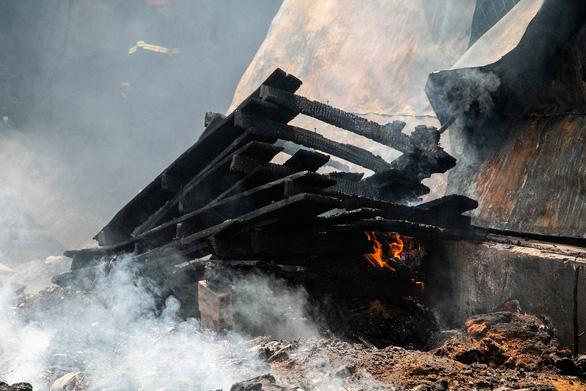 Xưởng gỗ cháy ngùn ngụt giữa trưa, nhiều tài sản bị thiêu rụi - Ảnh 5.