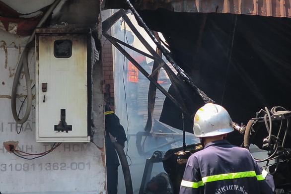 Xưởng gỗ cháy ngùn ngụt giữa trưa, nhiều tài sản bị thiêu rụi - Ảnh 3.