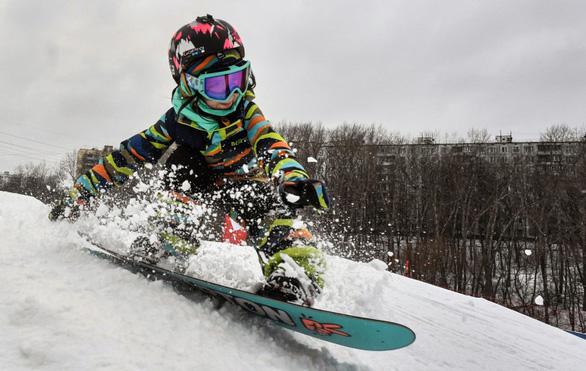 Bé gái 6 tuổi đã là tay trượt tuyết cự phách - Ảnh 2.