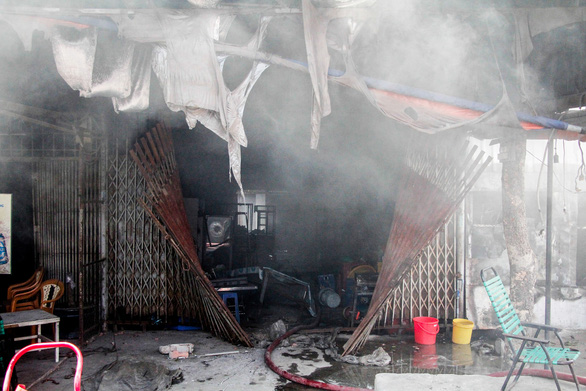 Xưởng gỗ cháy ngùn ngụt giữa trưa, nhiều tài sản bị thiêu rụi - Ảnh 6.