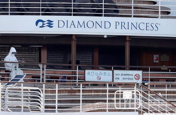 Hai du khách nhiễm COVID-19 trên tàu Diamond Princess tử vong - Ảnh 1.
