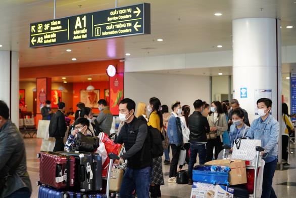 Từ chối nhập cảnh và cách ly hơn 450 khách đi máy bay để phòng dịch - Ảnh 1.