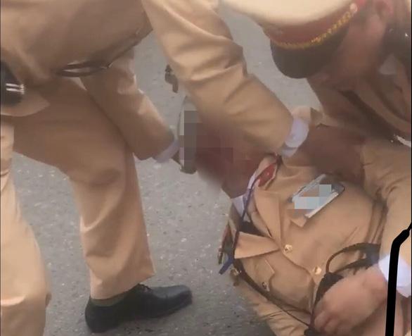 Đôi nam nữ vượt đèn đỏ tông gục trung úy cảnh sát giao thông - Ảnh 1.