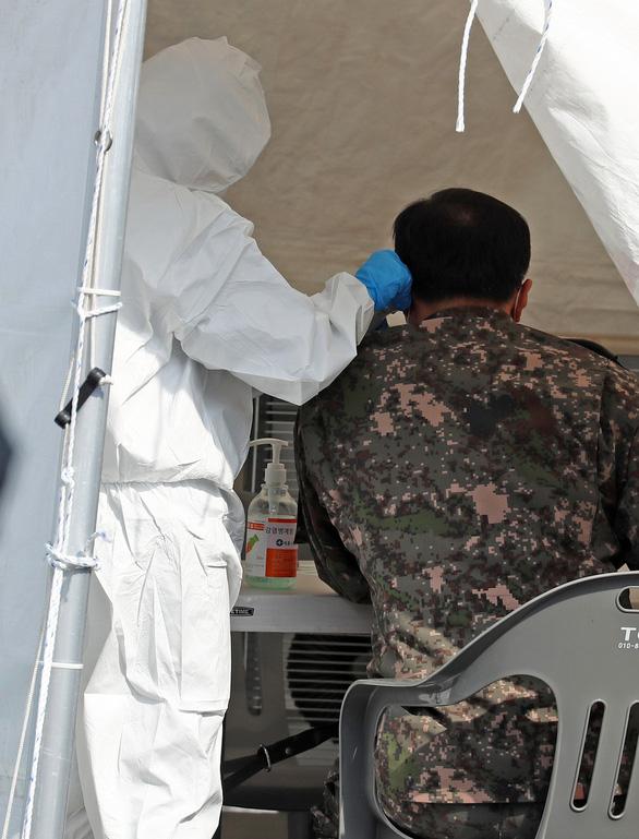Ba quân nhân Hàn Quốc dương tính với corona sau khi đến tâm dịch Daegu - Ảnh 1.