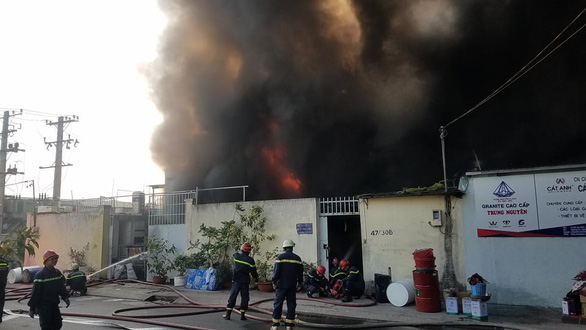 Cháy lớn nhà xưởng tại quận Bình Tân - Ảnh 1.