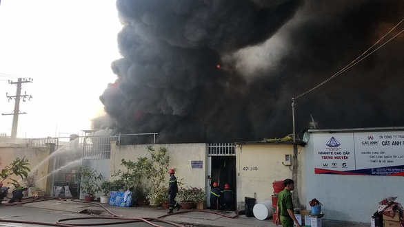 Cháy lớn nhà xưởng tại quận Bình Tân - Ảnh 3.