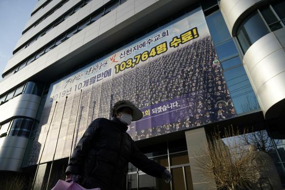 Hàn Quốc muốn dẹp giáo phái nghi gây siêu lây nhiễm COVID-19 - Ảnh 1.