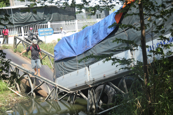Xe tải 24 tấn qua cầu 8 tấn làm sập cầu, xe rớt xuống kênh - Ảnh 1.