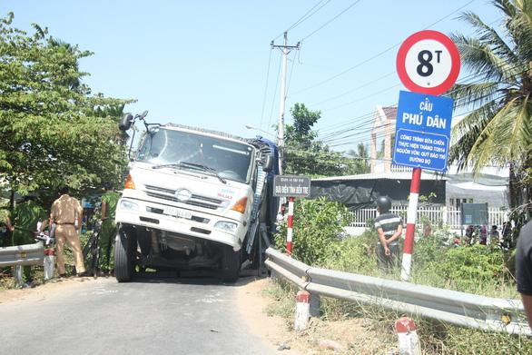 Xe tải 24 tấn qua cầu 8 tấn làm sập cầu, xe rớt xuống kênh - Ảnh 2.