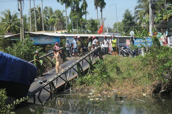 Xe tải 24 tấn qua cầu 8 tấn làm sập cầu, xe rớt xuống kênh - Ảnh 3.