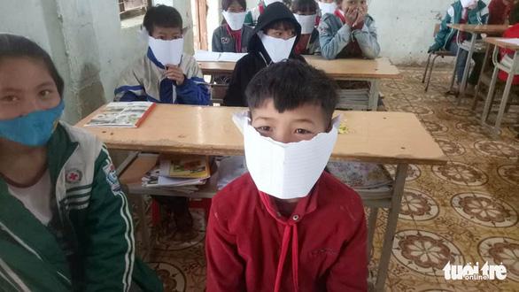 Sở GD-ĐT Nghệ An: phê bình giáo viên đăng ảnh học sinh đeo khẩu trang giấy là sai - Ảnh 1.