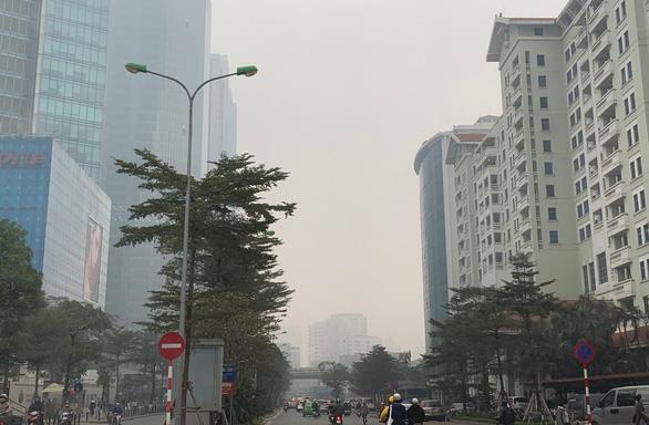 Đường phố vắng xe, Hà Nội vẫn ô nhiễm không khí nghiêm trọng - Ảnh 1.