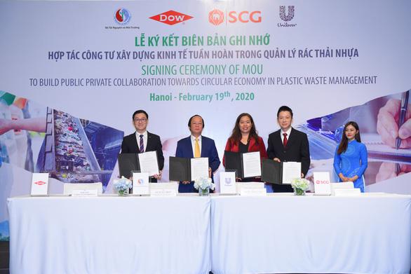 Unilever khởi động hợp tác công tư trong quản lý rác thải nhựa tại Việt Nam - Ảnh 1.