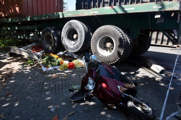 Xe container cuốn nhiều xe máy, lao vô cổng dinh Bà Ngũ Hành - Ảnh 1.