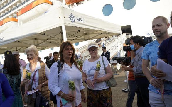 Hoa, nụ cười đón tàu du lịch gần 1.400 khách cập cảng ở Bà Rịa - Vũng Tàu - Ảnh 4.