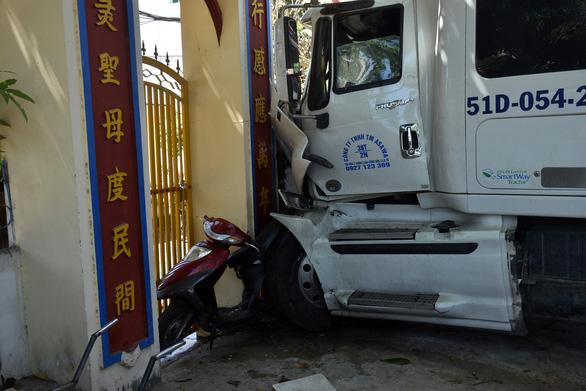 Xe container cuốn nhiều xe máy, lao vô cổng dinh Bà Ngũ Hành - Ảnh 3.