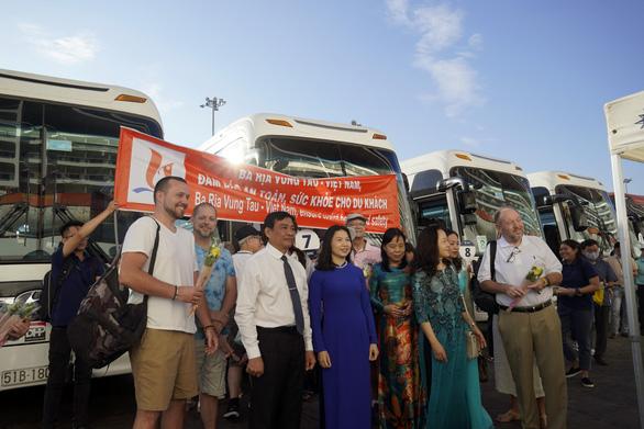 Hoa, nụ cười đón tàu du lịch gần 1.400 khách cập cảng ở Bà Rịa - Vũng Tàu - Ảnh 3.