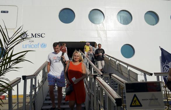 Hoa, nụ cười đón tàu du lịch gần 1.400 khách cập cảng ở Bà Rịa - Vũng Tàu - Ảnh 7.