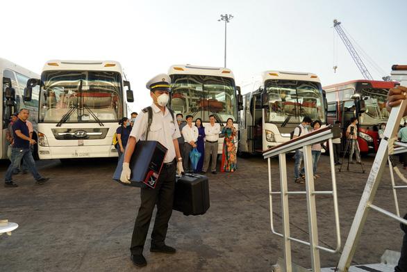 Hoa, nụ cười đón tàu du lịch gần 1.400 khách cập cảng ở Bà Rịa - Vũng Tàu - Ảnh 6.