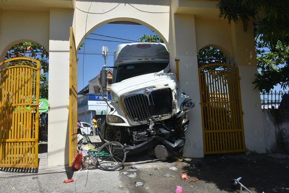 Xe container cuốn nhiều xe máy, lao vô cổng dinh Bà Ngũ Hành - Ảnh 2.