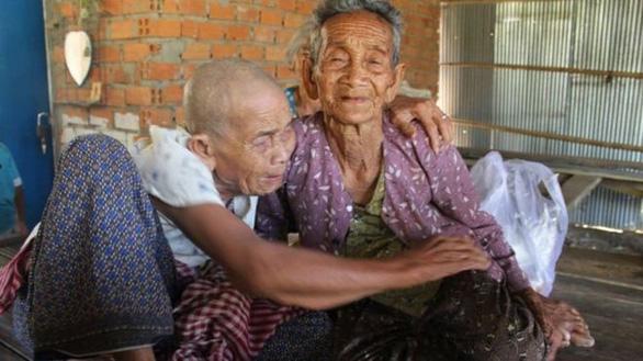 Cuộc đoàn tụ nghẹn ngào sau 47 năm thất lạc của 3 chị em trên dưới 100 tuổi - Ảnh 1.