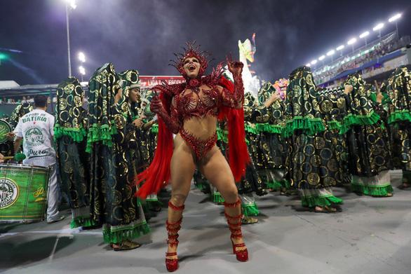 Bạn biết gì về cuộc sống của nữ hoàng vũ hội carnaval? - Ảnh 3.